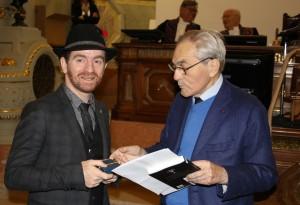 Remise du prix Jean Bernard à Mathias Malzieu par Jacques-Louis Binet, secrétaire perpétuel honoraire de l'Académie nationale de médecine (20 décembre 2016).